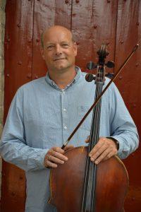 foto van docent Hobert Rinsma met cello in de hand