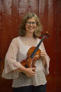 foto van docent Els Veltheer met viool in de hand